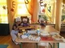 Przedszkolaki pieką ciasto z jabłkami